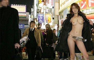 露出狂の素人娘って、何故こんな場所で服を脱いじゃうの?